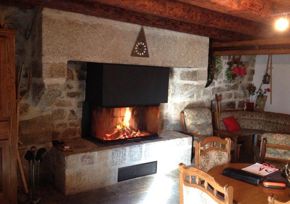 Foyer à bois installé dans un cantou existant – Vision du feu sur 3 vitres – Rodez